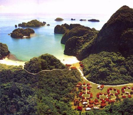 Gota Village as seen from above. (Courtesy of philippinebeachesandresorts.blogspot.com)