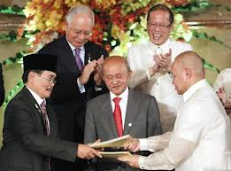Pres Aquino and Malaysian Prime Minister Najib Razak applaud the signing ceremony