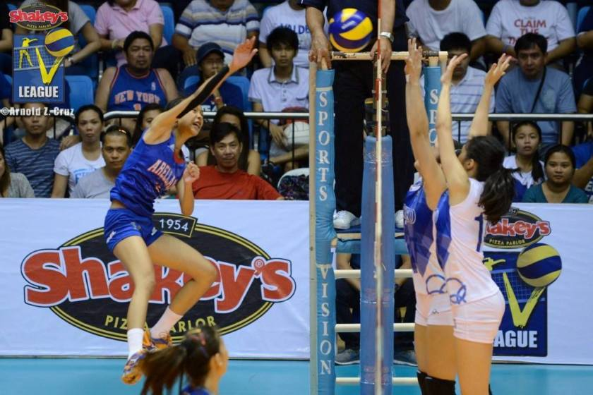 Henson punching a hole on Ateneo's defense. (Arnold Cruz)