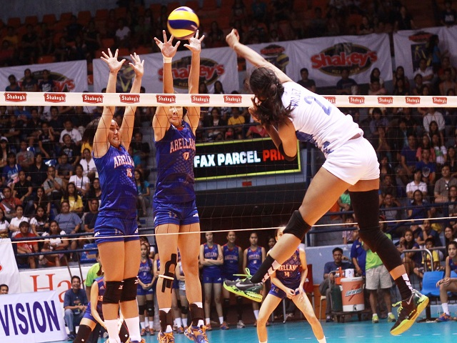 Alyssa tests the solid net defense of Arellano. (Jeff Venancio)