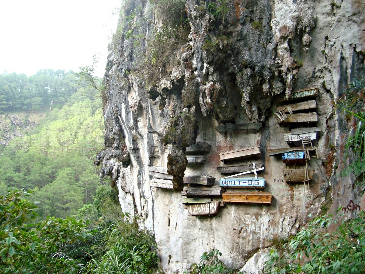 The hanging coffins of Sugong. (Courtesy of pinoyadventurista.com)