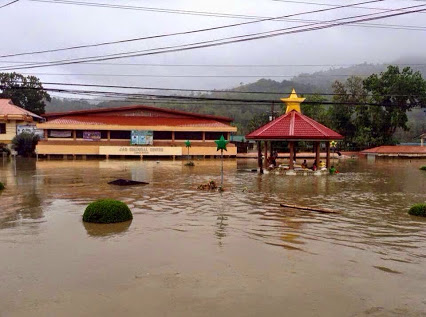 The town plaza is submerged. (Raul Philip Gatal)