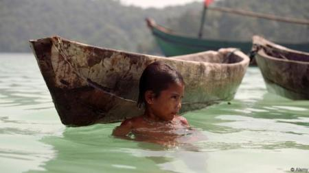 Myanmar sea-gypsies, the nomadic hunter-gatherers of South East Asia live their lives in or on water.  Young girl at play.. Image shot 2007. Exact date unknown.