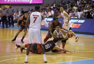 Justin Chua diving for the ball. (PBA)
