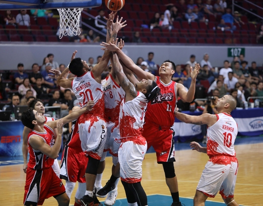 All 5 FuelMasters fight for the rebound. (PBA)