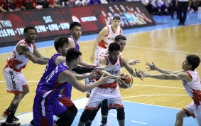 Jaypee Mendoza takes the scraps. (PBA)