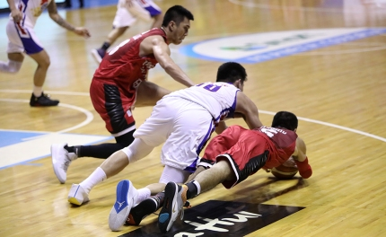 The PBA's newest ironman, LA Tenorio, dives for the ball.