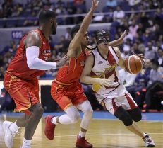 The masked Alex Cabagnot provides on-court leadership.
