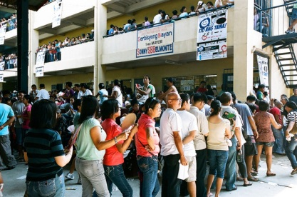 Lining up before your precinct. (Philippine Reporter)