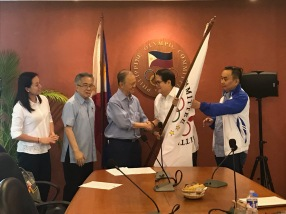 Peping turns over the POC colors. (Inquirer)